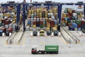 Terminal de contenedores en el puerto de Barcelona.