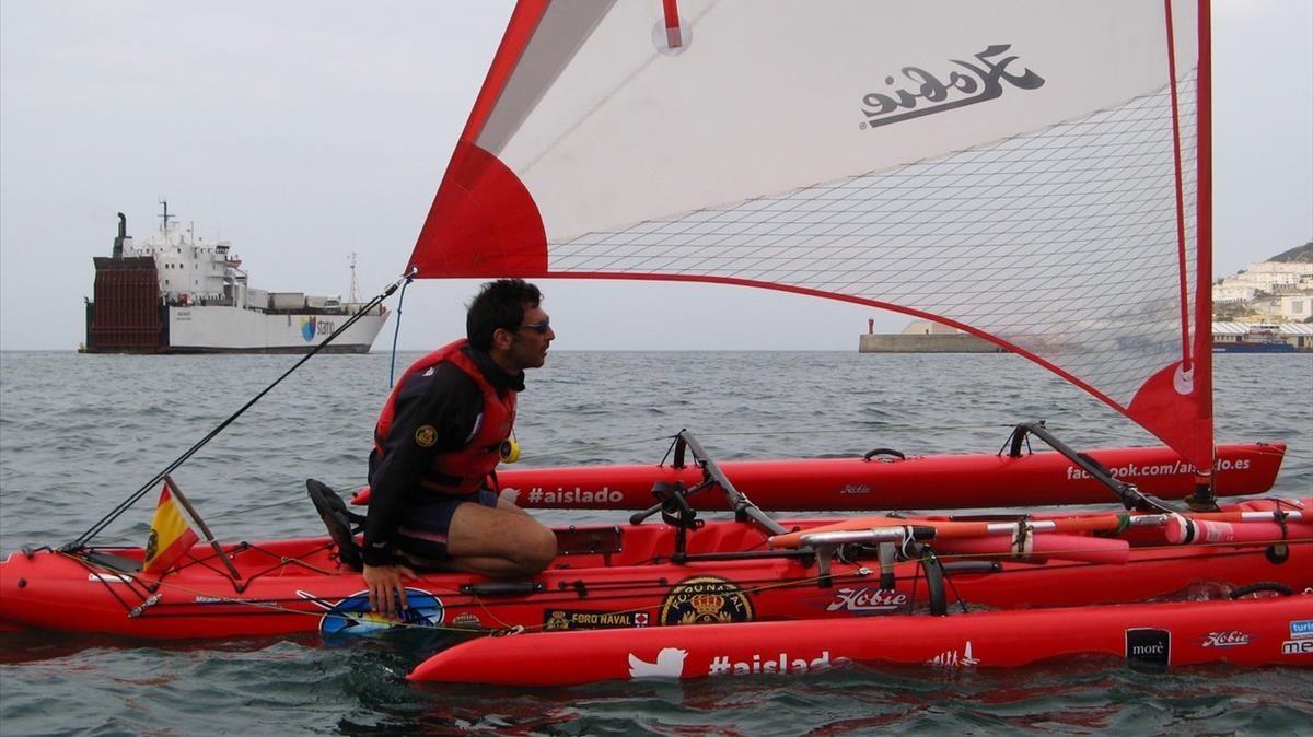 Quico Taronjí, con su kayak trimarán en Ceuta.