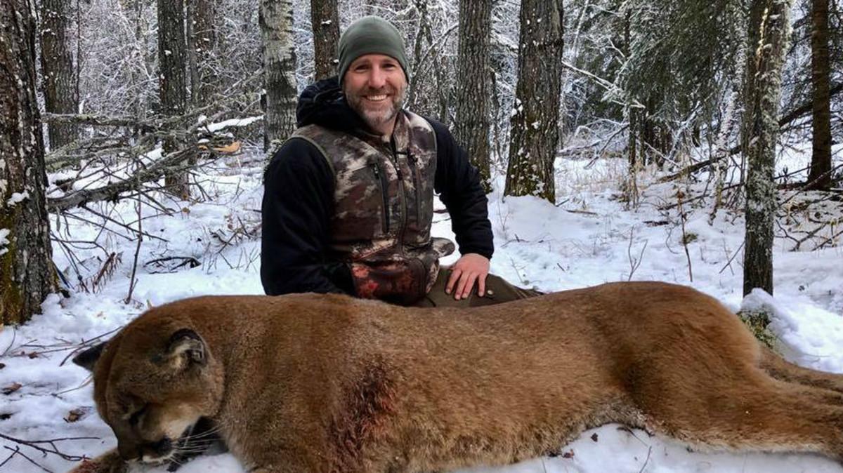 Steve Ecklund posa con un puma abatido en Alberta