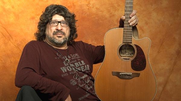 El artista interpreta 'Gl�ria' en exclusiva para EL PERI�DICO