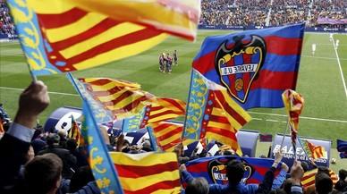 La aficion levantinista celebra el primer gol de su equipo marcado por el defensa Sergio Postigo.