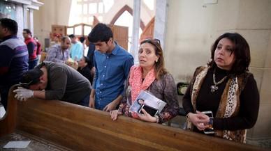 Un grupo de fielesen la iglesia de San Jorge de Tanta, blanco de uno de los atentados.