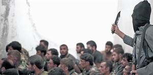 Combatiente del Estado Islámico junto a soldados sirios, tras la toma de una base cerca de Raqqa, una de los pocas batallas entre el EI y el régimen.