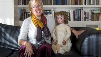 Dory Sontheimer, en su casa de Barcelona, junto a la muñeca Patty, fabricada en la antigua fábrica Lehmann, y que ha convertido en hilo conductor de 'La octava caja', donde sigue recuperando la historia familiar en el Holocausto.
