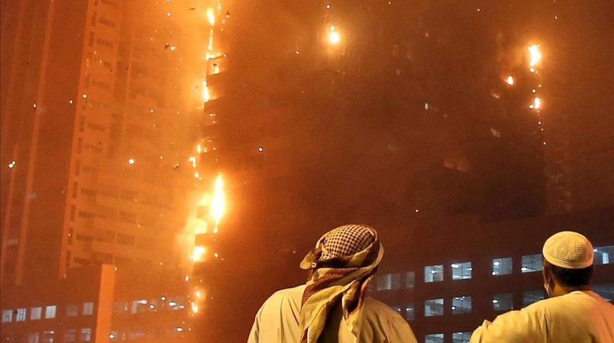 Un incendio arrasa un rascacielos en Emiratos Árabes