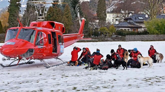 Equipos de rescate se preparan para salir en busca de los esquiadores alcanzados por el alud en la regi�n de Wattener Lizum.