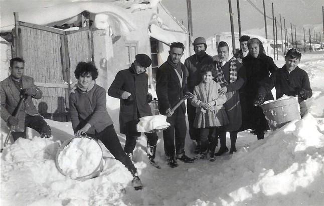 Los vecinos del barrio de La Perona (en Sant Mart�) se organizaron para retirar la nieve de enfrente de sus casas, a falta de m�quinas quitanieves.
