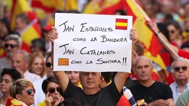 Un hombre con una pancarta a favor de la unidad de España, en la manifestación de este domingo en Barcelona.