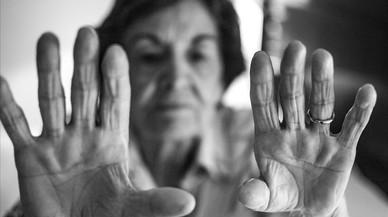 Una afectada de alzh�imer presente en el proyecto fotogr�fico El Marchitar de la Memoria.