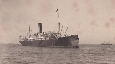 El vapor correo de Filipinas 'Carlos de Eizaguirre', fondeado, en una imagen captadaentre 1910 y 1914. Esta misma fotografía, con un plano algo más cerrado, se empleó para editar una postal antes del naufragio.