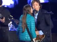 Imagen de la interpretaci�n de 'Get back' de McCartney y una ni�a de 10 a�os en La Plata (Argentina)