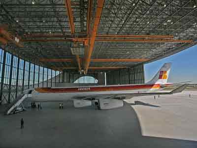 El alcalde de Barcelona y el presidente de Iberia inauguran la nueva instalación del aeropuerto de El Prat.