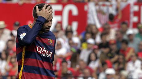 Piqu� se lamenta durante el partido entre el Bar�a y el Sevilla disputado este s�bado en el S�nchez Pizju�n