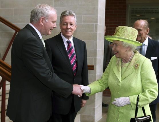 reina-isabel-inglaterra-mano-viceprimer-ministro-norirlandes-excomandante-del-inactivo-ira-republicano-martin-mcguinness-1340800364176.jpg