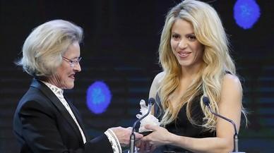 Shakira recibe un Crystal Award de manos de Hilde Schwab.