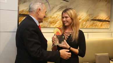 Eusebi Cima, presidente del Leitat, entrega el premio Talento Joven a Silvia Querol