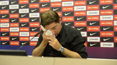 Xavi Pascual, emocionado, en la rueda de prensa en la que se ha despedido del primer equipo del Bar�a de baloncesto.