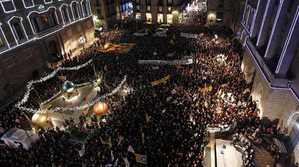 Miles de personas se manifiestan en la Plaza de Sant Jaume de Barcelona contra la reforma de Wert.