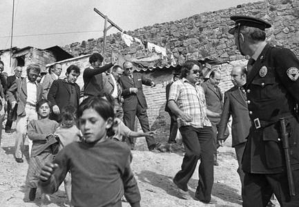 Comitiva de una visita del alcalde Enric Massó (centro) a las barracas de Montjuïc, en 1974.