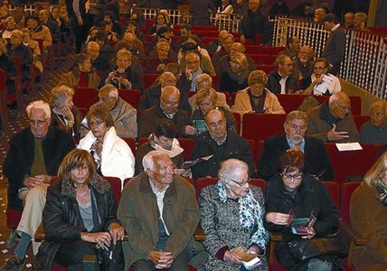 En el Teatret 8Algunos de los ancianos que han participado en los vdeos del proyecto 'Memria Oral'.