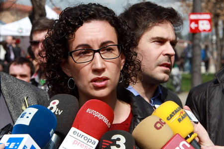 La secretaria general de ERC, Marta Rovira, atiende a los periodistas en el Mercat del Ram de Vic, este sbado.