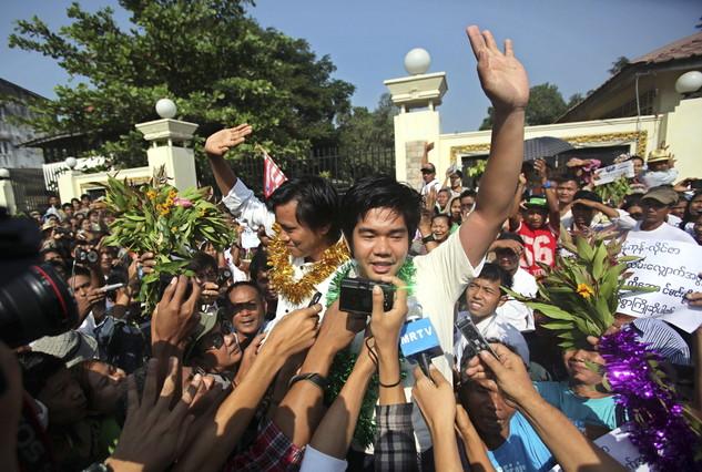Els presos polítics Aung Min Naing (esquerra) i Yan Naing Tun, a la sortida de la presó Inn Sein, aquest dimarts a Rangun.