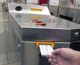 Un usuario del metro valida una tarjeta