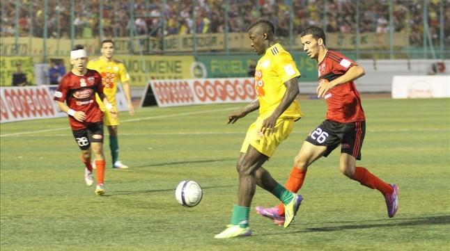 Albert Ebossé (centro), durante un partido.