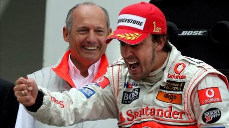 Fernando Alonso celebra el triunfo en el GP de Europa del 2007, el a�o que pilot� en McLaren, junto a Ron Dennis.