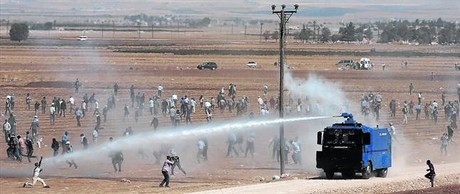 La polic�a dispersa a manifestantes kurdos enfrentados a las fuerzas turcas.