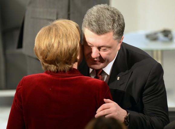 La cancillera Angela Merkel y el presidente de Ucrania, Petro Poroshenko, se saludan en Múnich.
