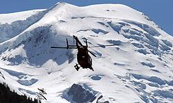 Un helic�ptero, durante una operaci�n de rescate en los Alpes.