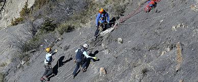 Equipos de rescate en la zona donde se estrell� el avi�n en los Alpes.