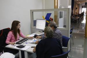 Una pareja presenta la declaración de la renta, en una imagen de archivo.