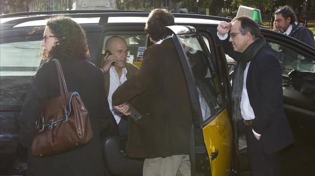 Marta Rovira, Raül Romeva, Josep Rull y Jordi Turull, este jueves a las puertas del Parlament.