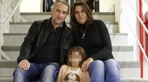 Nadia Nerea posa junto a sus padres, Fernando Blanco y Marga Garau.