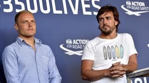 Fernando Alonso, junto a Valtteri Bottas en un acto de la FIA la pasada semana