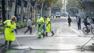 La avenida Diagonal cortada por los trabajos de limpieza de la cera.