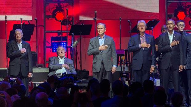 Cinco expresidentes vivos de EEUU reunidos en un escenario.