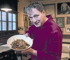 El chef del Bilbao, Jordi Olivet, muestra un plato de perdiz en escabeche.