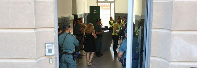 Agentes de la Guardia Civil en la sede de Adf en La Sagrera de Barcelona.
