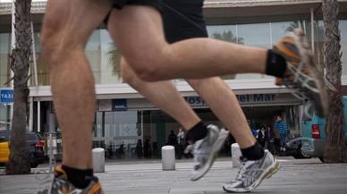 Parejas corriendo por las calles de Barcelona.