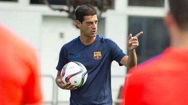 Gerard López da instrucciones a sus jugadores.