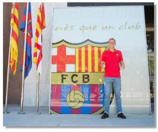 Jasper Cillessen posa ante el escudo del Bar�a, en las oficinas del club, este jueves.