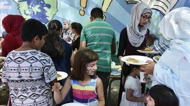 P�cnic intercultural entre los participantes del campamento urbano de la escuela Sant Jordi, en Trinitat Vella, este viernes.