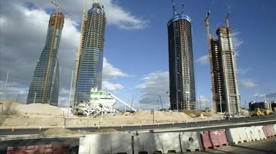 Las cuatro torres de la antigua ciudad deportiva madridista, durante su construcci�n.
