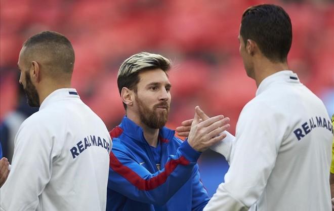 Leo Messi y Cristiano Ronaldo se saludan, en el Camp Nou