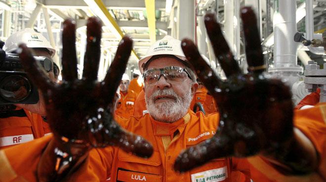 Lula con las manos impregnadas de petr�leo durante el lanzamiento de una plataforma de Petrobras.