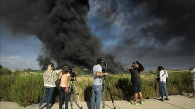 Espectacular incendi en una nau il·legal de dissolvents a Guadalajara