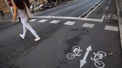 La nueva se�alizaci�n en el carril bici para alertar a los peatones que miran el m�vil, en la calle Girona.